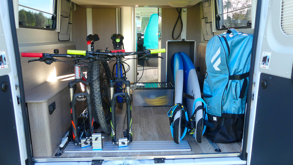 The storage space of the Roadcruiser Evolution shows two bikes und two surfboards.